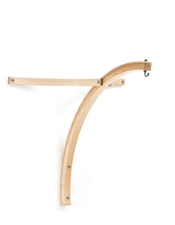 Ein Wandgestell für Hängesessel aus Holz