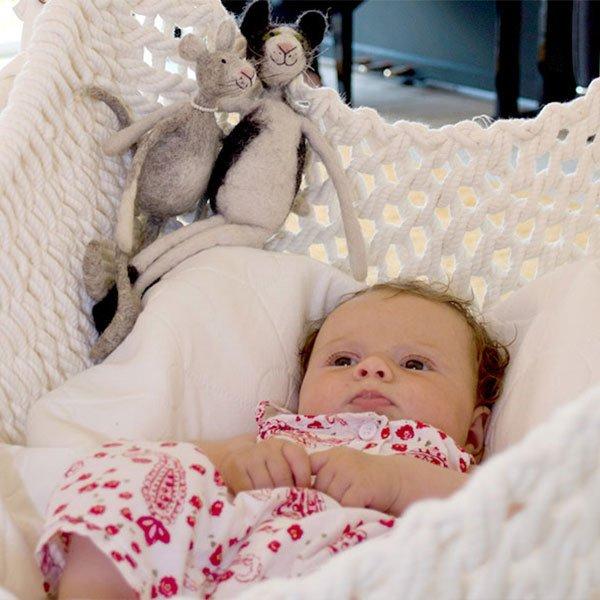 Ein Baby träumt in der ökologischen Babywiege